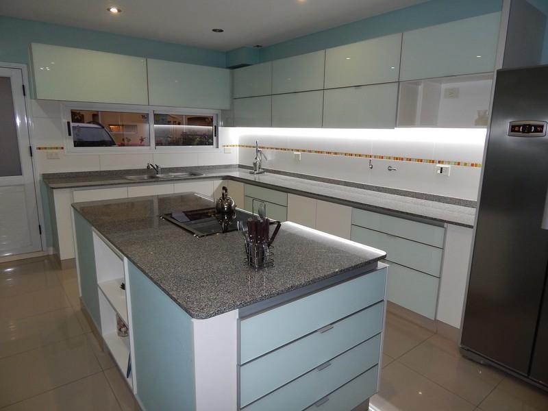 Mueble de Cocina en Melamina. Alacenas y Frentes de cajón en vidrio ...